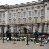 Flores depositadas en el exterior del Palacio de Buckingham, en Londres, este sábado, en homenaje al principe Felipe