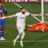 El delantero del Real Madrid Karim Benzema celebra su gol, primero del equipo ante el FC Barcelona