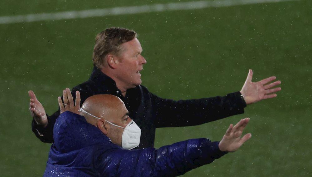 El técnico holandés del FC Barcelona, Ronald Koeman, protesta un posible penalti en el área del Real Madrid