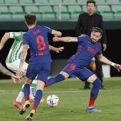 Los jugadores del Atlético de Madrid, Saúl Ñiguez y el mexicano Hector Herrera, disputan el balón ante el jugador del Betis
