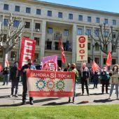 Manifestación de CCOO y UGT frente a las puertas de la Subdelegación del Gobierno en Albacete.