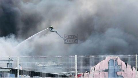 Un incendio asola el polígono de O Ceao en Lugo