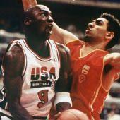 Santiago Aldama con Michael Jordan en un partido en EEUU