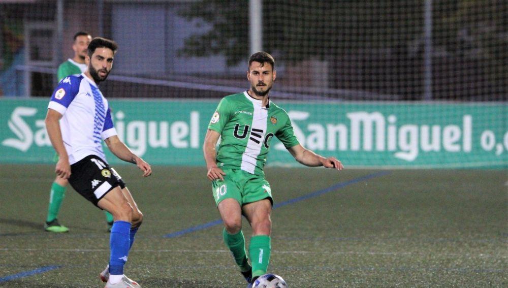 Pastorini intenta recuperar el balón ante un jugador del Cornellà.