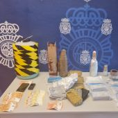 Efectos intervenidos por la Policía Nacional de Elche al presunto estafador detenido.