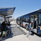 La nueva parada cuenta con la instalación de dos marquesinas, dotando así al recinto de un acceso seguro para los usuarios del transporte urbano