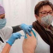 Una mujer vacunándose contra el coronavirus