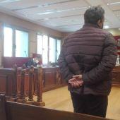 El acusado durante la declaración. A su lado, su mujer