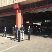 Enrique Sánchez, delegado de Hacienda y Administraciones Públicas, Ismael Pérez, jefe del Servicio Contra Incendios del Ayuntamiento de Albacete, y Emilio Sáez, vicealcalde, en el parque de bomberos.