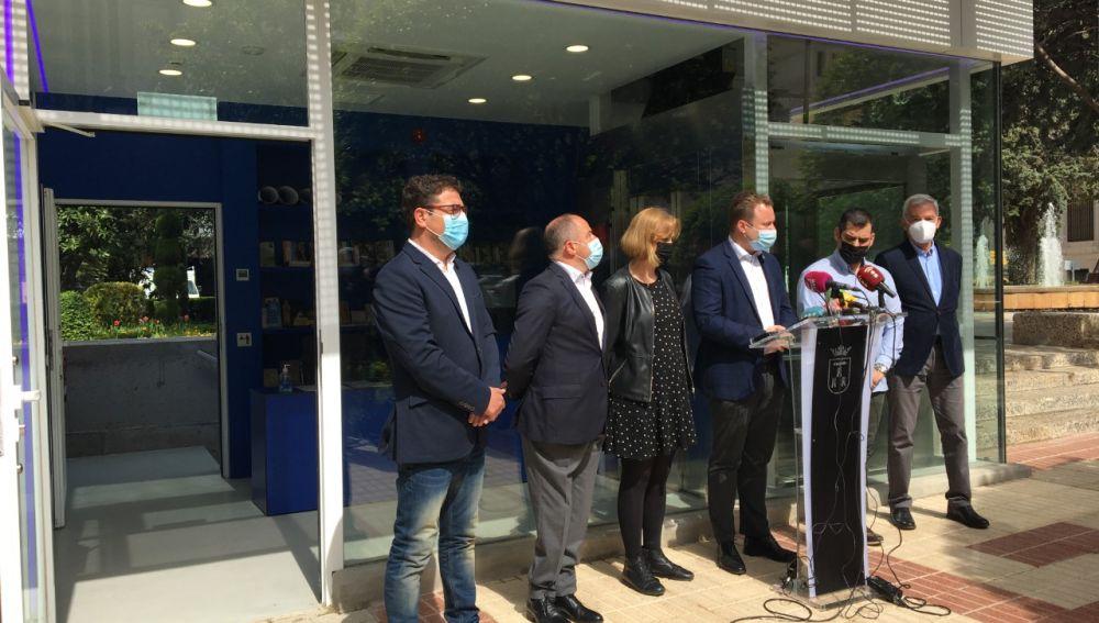 Inauguración de la nueva oficina de turismo en la plaza del Altozano.