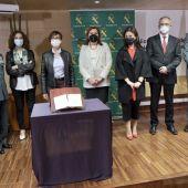 Las autoridades junto al libro que ha sido devuelto a la Biblioteca Pública del Estado de Ciudad Real