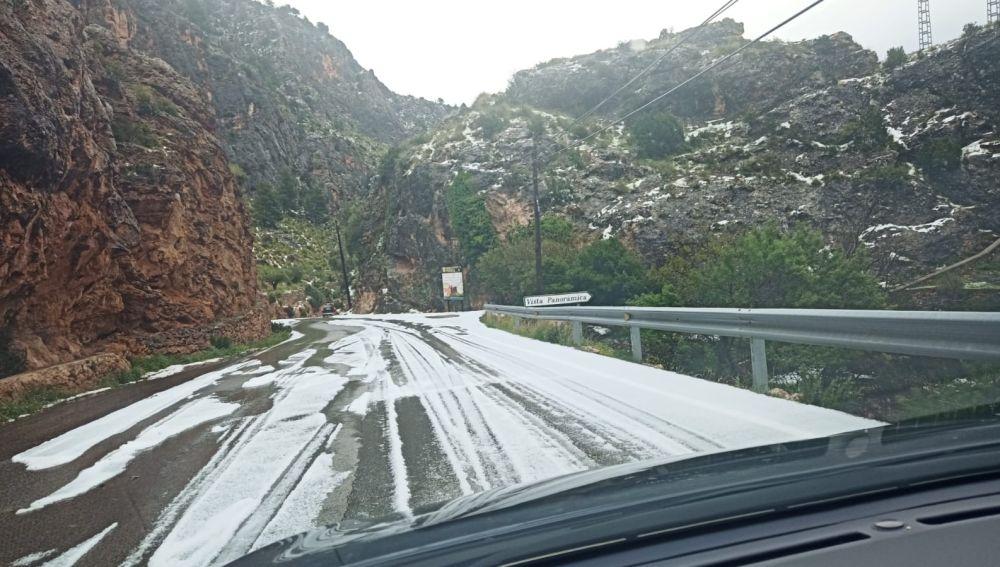 Carretera afectada por el granizo