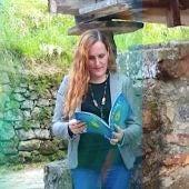La ilustradora con el libro