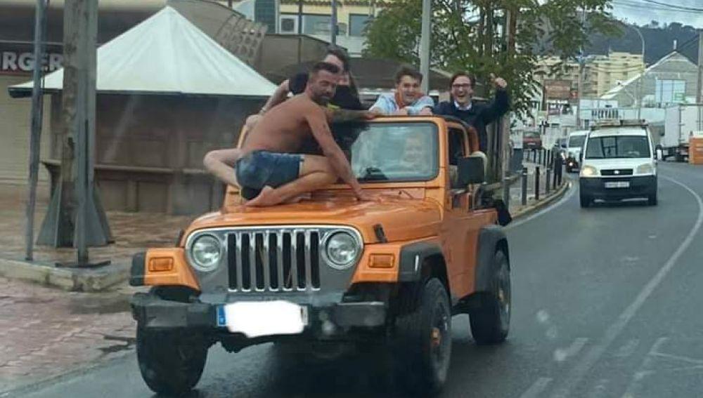 Amonestan en Sant Antoni a los ocupantes de un vehículo que circulaba con personas sobre el capó