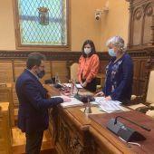 Tomo posesión como concejal en Gijón el socialista Manuel Vallina