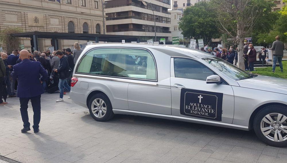 Un coche fúnebre