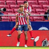 Los jugadores del Atleti, Marcos Llorente y Ángel Correa celebran un gol.