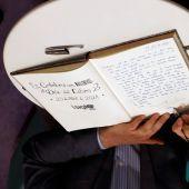 El Presidente del Principado firma el libro del centenario de la Librería Cervantes