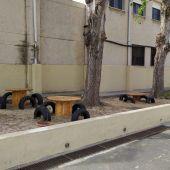 Mesas y sillas realizados con material reciclado en el exterior del colegio
