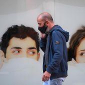 Un hombre con mascarilla pasea por la calle