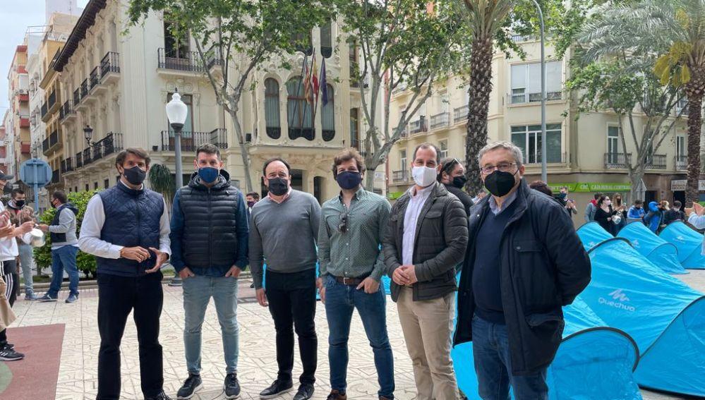 La patronales de la hostelería, restauración y ocio levantaron tiendas de campaña frente a la sede del Consell en Alicante