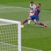 Lucas Boyé dispara en su gol ante el Levante