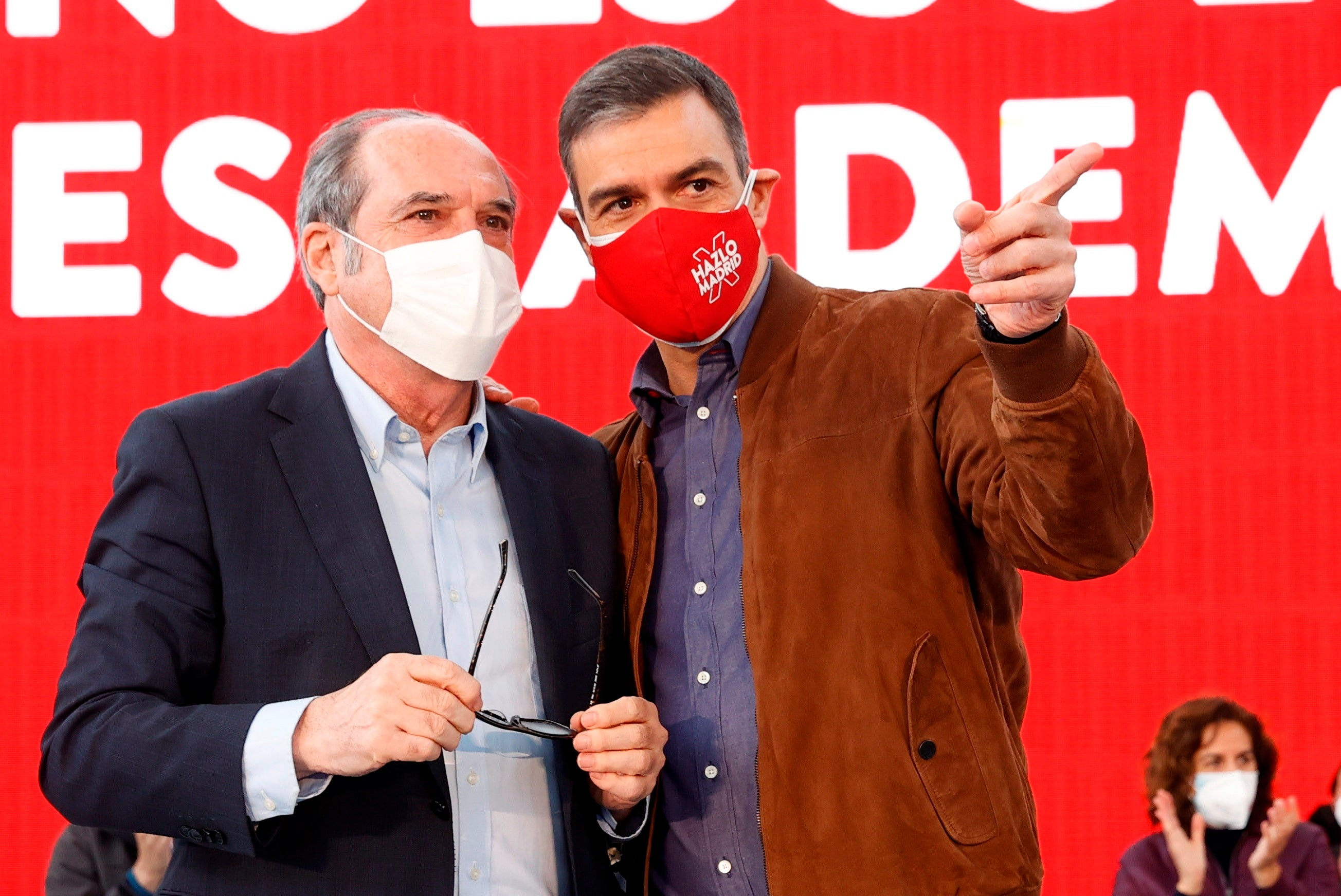 La prensa recoge el debate interno que se ha desatado en el PSOE tras la debacle de Madrid