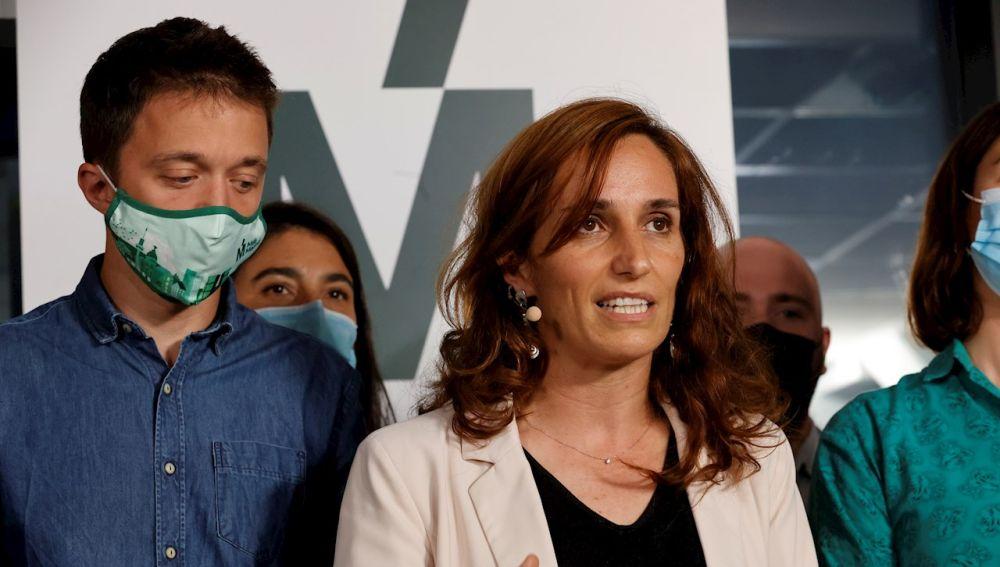 La candidata de Más Madrid en las elecciones a la Comunidad de Madrid, Mónica García, junto al líder de Más País, Íñigo Errejón, valora los resultados electorales en la sede del partido en la capital