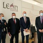 Firma del acuerdo de bomberos en entre Ayuntamiento y Diputación de León