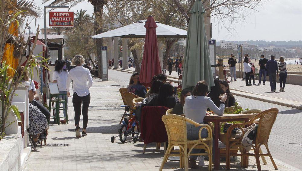 Varias personas en la terraza de un bar, a 11 de abril de 2021, en Mallorca, Islas Baleares.