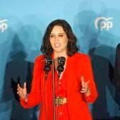 Isabel Díaz Ayuso junto a Pablo Casado tras conocer los resultados electorales