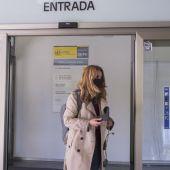 Una mujer entra en las oficinas del SEPE.
