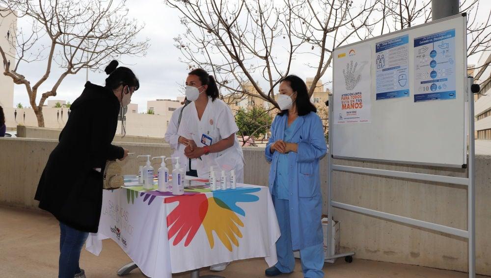 Mesa informativa en Can Misses por el Día del lavado de manos.
