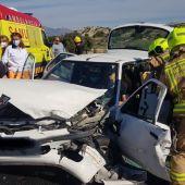 Los bomberos rescatan al conductor atrapado