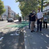 El delegado de Hábitat Urbano Antonio Muñoz, contempla el estado de uno de los carriles bicis de la ciudad