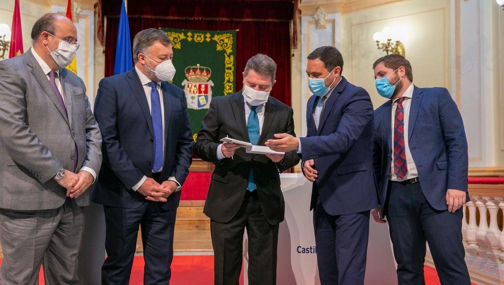 El presidente regional, Emiliano García-Page, recibe de la Diputación el proyecto