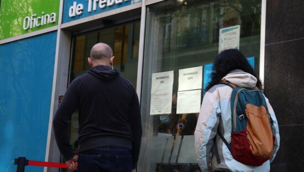 El paro baja en 8.715 personas en abril en Catalña