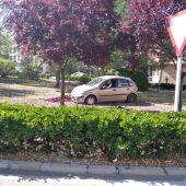 El vehículo accidentado dentro del jardín