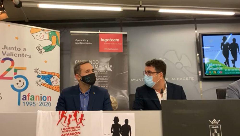 Juan Gualda y Modesto Belinchón en la presentación de la I Carrera Virtual de Afanion en el Ayuntamiento de Albacete.