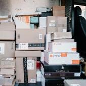 Paquetes en un camión de reparto