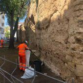 Operarios de Sadeco en la muralla de la Axerquía
