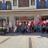 Los trabajadores de H&M se concentran a las puertas del establecimiento ubicado en la Calle Mayor