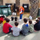 Escolares reciclando