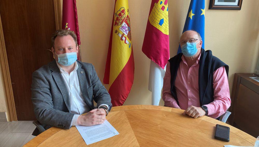 El alcalde de Albacete, Vicente Casañ, junto al presidente de la Sociedad Española de Cirugía Taurina, Pascual González Masegosa.
