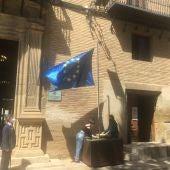 Dos estudiantes del Sierra de Guara izan la bandera de Europa ante el alcalde y resto de instituciones