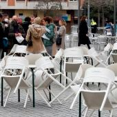 Varias personas consumen en la calle frente a las terrazas cerradas en L'Hospitalet de Llobregat.
