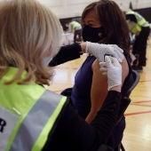 Una enfermera administra la vacuna contra el coronavirus en Nueva York