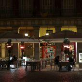 Varias personas toman algo en un bar de Madrid