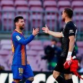 Messi y Oblak se estrechan la mano al finalizar el partido.