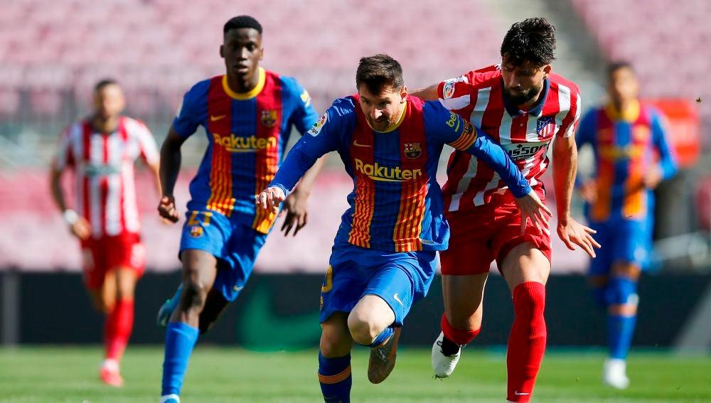 Messi conduce el balón ante la defensa de Felipe.